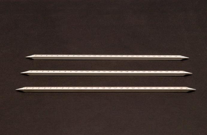 Eric Pougeau, Sans titre (les règles), 2007. Aluminium, 30 cm. Courtesy Galerie Olivier Robert, Paris.