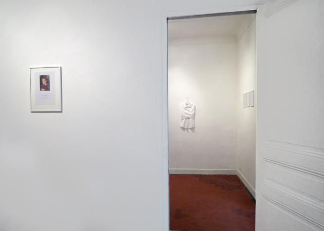 Premier plan : Ne me cherchez pas je suis mort. Arrière-plan : Camisole. La Maison, galerie singulière, Nice.