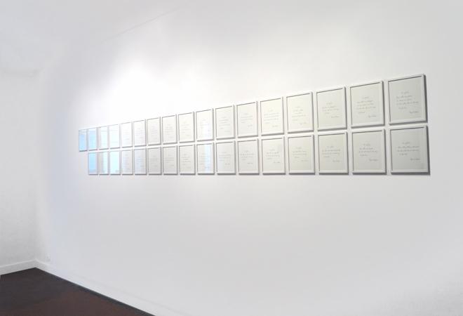 Installation de la série de 33 lettres encadrées Les enfants. La Maison, galerie singulière, Nice.