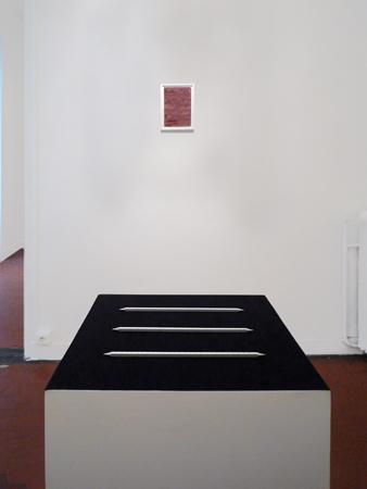 Premier plan : Sans titre (Les règles). Arrière-plan : Monochrome sang. La Maison, galerie singulière, Nice.