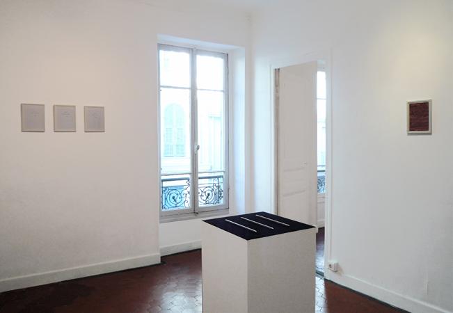 Premier plan : Sans titre (Les règles). Arrière-plan (de gauche à droite) : Série des prières ;  Monochrome sang. La Maison, galerie singulière, Nice.