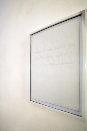 Alexandra Guillot, Silencio (détail de la broderie), 2009. Texte brodé : « Sur le vide papier que la blancheur défend » (Mallarmé).  © la Maison, galerie singulière. Photo : Nicolas Caluaud.